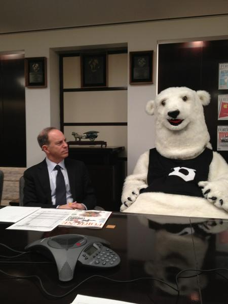 Andy @serwer has a surprise guest at our morning mtg. Happy birthday Bowdoin polar bear! http://pic.twitter.com/AbgCFA4n