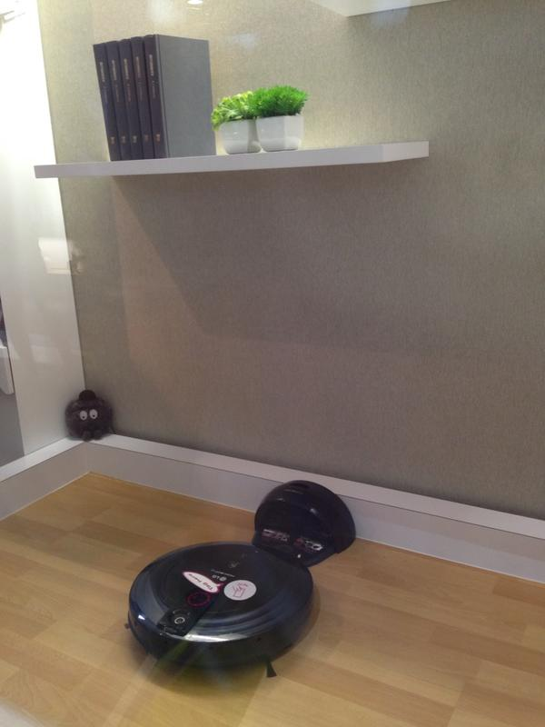 LG has an app-controlled robot vacuum - HOM-BOT.  #ces http://pic.twitter.com/tj8ZTvB2