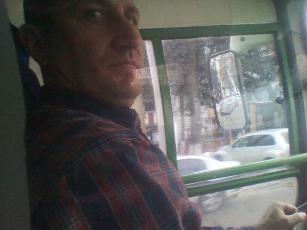 Vorbea la telefon tot drumul...chit că e șofer de autobuz pe ruta 33