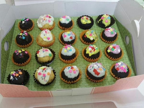 브라우니 컵케익 만드니라 온집에 단내가...급하게 만든거 치곤..뭐....그건글코...아이고 흐리야...뽕가지긋다ㅠㅠㅜ http://t.co/yJ9uPD96
