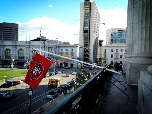 Watch out, @packers! Today we raised the @49ers team flag off our balcony at City Hall. Go Niners! #QuestforSix http://pic.twitter.com/gcFJDyVQ