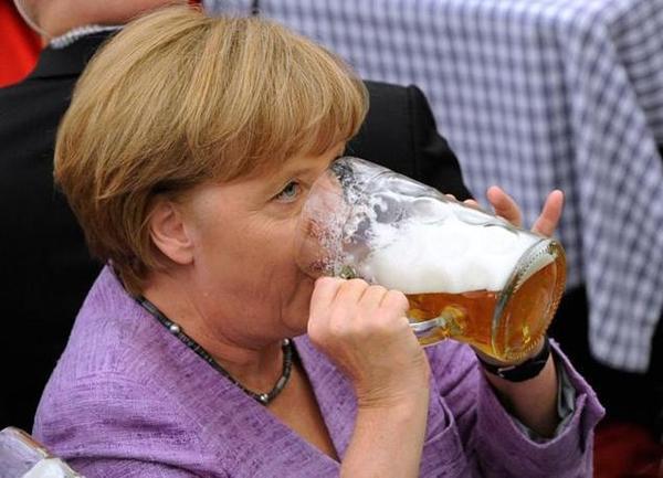 """RT """"@gcozzolino: La Merkel durante la puntata di stasera di #serviziopubblico http://pic.twitter.com/8tr4oUHW"""""""