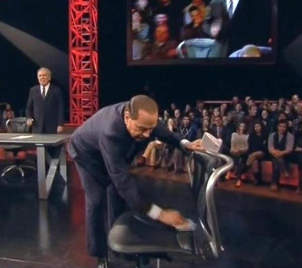 RT @TheLuVi: #Berlusconi che pulisce la sedia di #travaglio fa moooolto #serviziopubblico 😳😳😳😳  Adoro quest'uomo!!! HAHAHAHAH http://pic.twitter.com/sM6Kd2wr