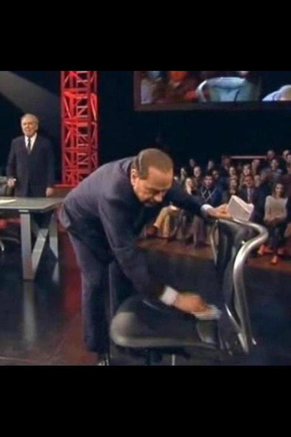 """RT @LaCranchi: Il Cavaliere """"pulito"""" #serviziopubblico #berlusconi http://pic.twitter.com/LberOEjo"""