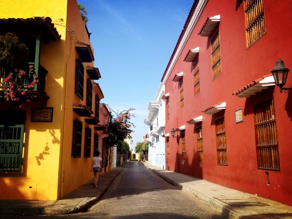 Excursión por las calles de #cartagena de Indias #Colombia Me encantan los colores de esta ciudad!! #ColombiaBT http://pic.twitter.com/7IIqUbLO