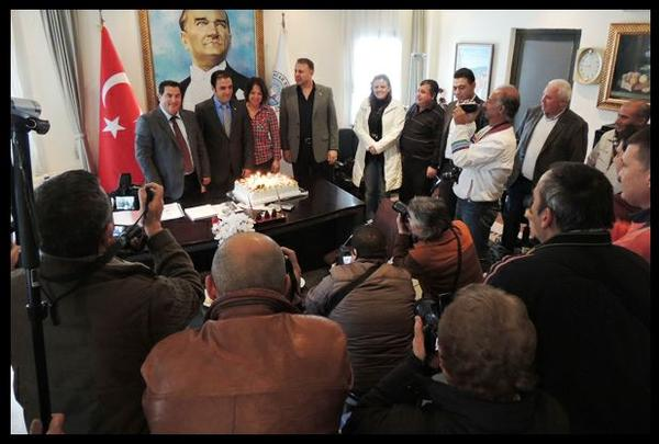 Mustafa SARUHAN'a basın mensupları ile süpriz doğum günü. http://t.co/sD7gEyFV