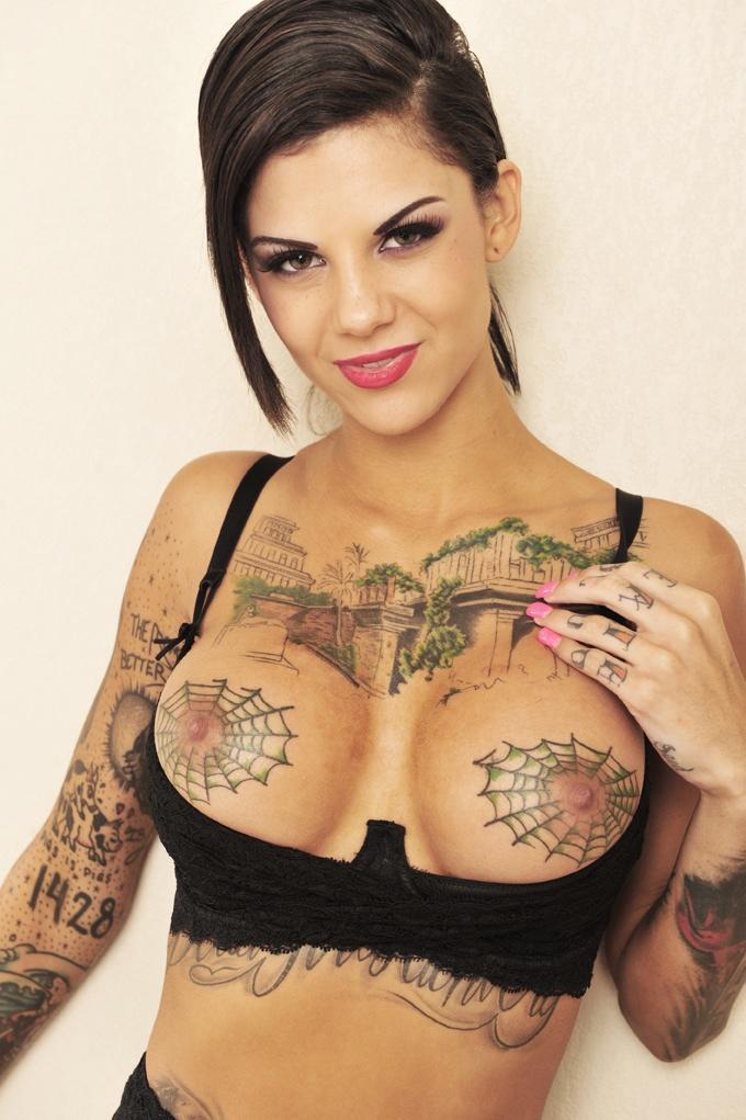 Актриса с татуировками паутина на груди этой