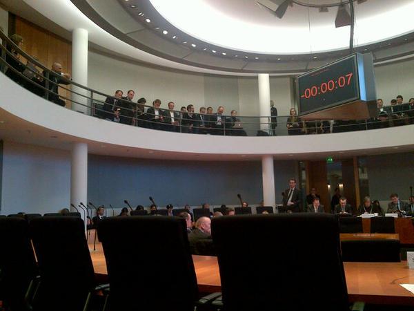 Anhörung #LSR: Die Verleger sitzen unten im Saal und dürfen reden, die betroffenen Unternehmen oben nur zuhören. Gaga! http://pic.twitter.com/dX08ETWN