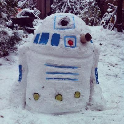 I promised myself I wouldn't tweet about the snow, but my brother just made this, and it's awesome. #r2d2 #starwars http://pic.twitter.com/6wwkpdBg