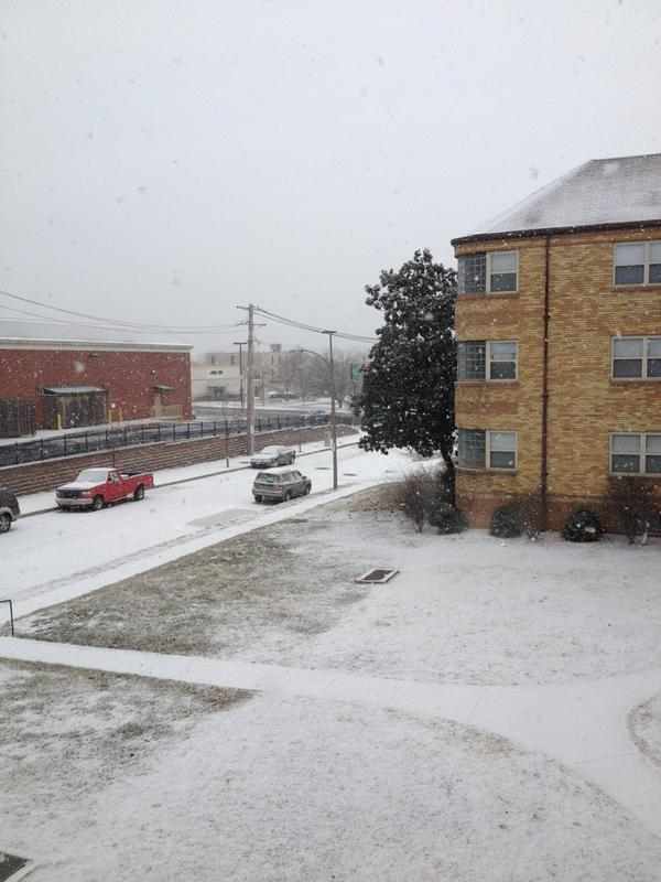 Unexpected snow storm on an unexpected day off. Big, fat flakes falling in south city. #stlwx http://pic.twitter.com/7meBeQdQ