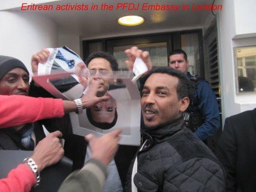 """@Nofordictator: اجمل لقطة فى اقتحام السفارة الارترية فى لندن  #إرتريا #ارتريا #Eritrea http://pic.twitter.com/7X3w2CG5"""