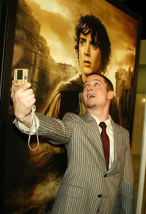 Here's a picture of Elijah Wood taking a picture of Elijah Wood with a picture of Elijah Wood. http://t.co/IG7Zxy6nFg