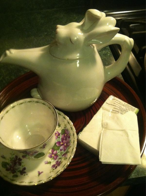 "Pot of tea, check. ""Violet"" tea cup, check. Tissues, check. Cue the dog's bum! #hankiesatthereadyyankees #DowntonPBS http://pic.twitter.com/CTdgOCCY"