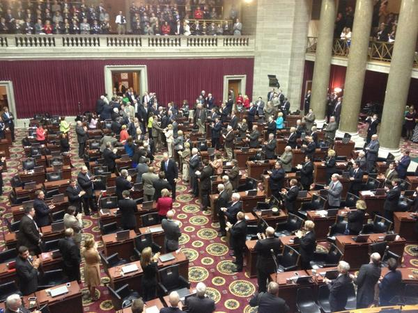 Nixon walking in now. #MOgov #MOleg http://pic.twitter.com/PegoyPhU
