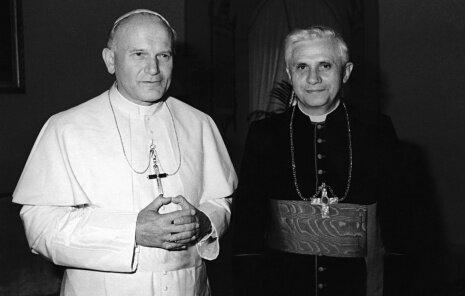 Juan Pablo II & Benedicto XVI--dos estilos de servicio, una humildad @Pontifex_es @Pontifex http://pic.twitter.com/69GmOQ7u