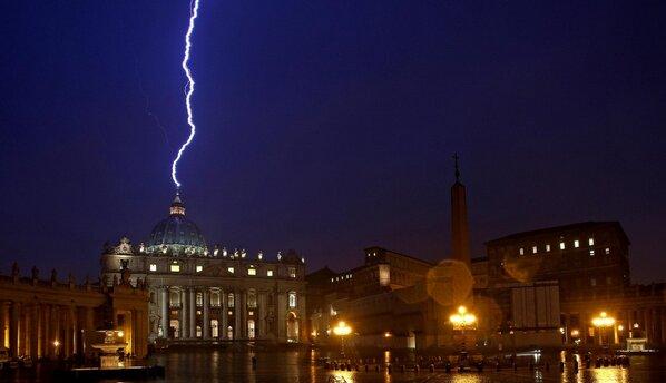 Fulmini su San Pietro nel giorno delle dimissioni di Benedetto XVI [FOTO]  #Papa #dimissioniPapa http://bit.ly/12nioRR http://pic.twitter.com/DVK1iEkM