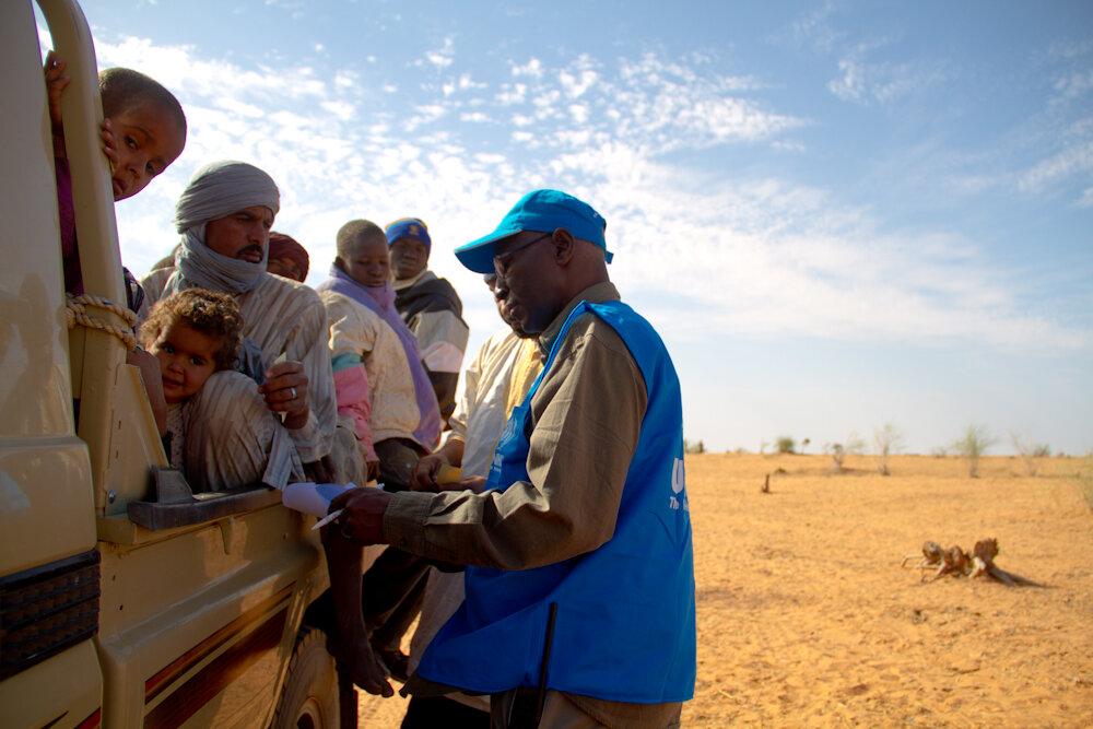 Funcionário da agência da ONU para refugiados recebe na Mauritânia pessoas que fogem da violência em Mali. Foto: ACNUR/Dalia Alachi