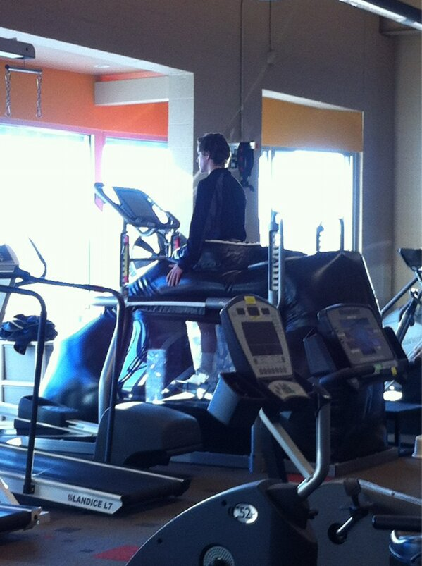 Solid PT sesh w/ my homie @1prose23 #LookinGood #TreadmillWork #ScrewKnees<br>http://pic.twitter.com/MYFB9Un9