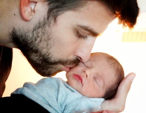 Pic: Pique with little baby Milan awwww http://t.co/hohkgXJL
