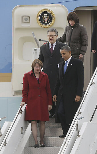 Great photo from @AP of President Obama deplaning Air Force One in #Minneapolis with @alfranken and @amyklobuchar. http://pic.twitter.com/tzi2ZdkY