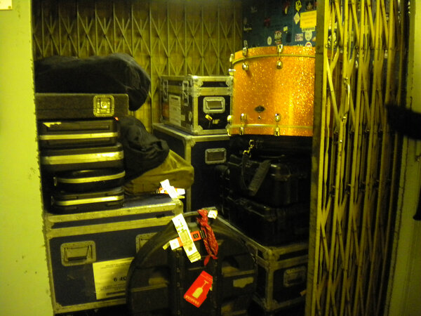 Loading out. Good job there's a lift at Maida Vale! @the_bronx @Radio1RockShow #AAA http://pic.twitter.com/Q7hKZf9o