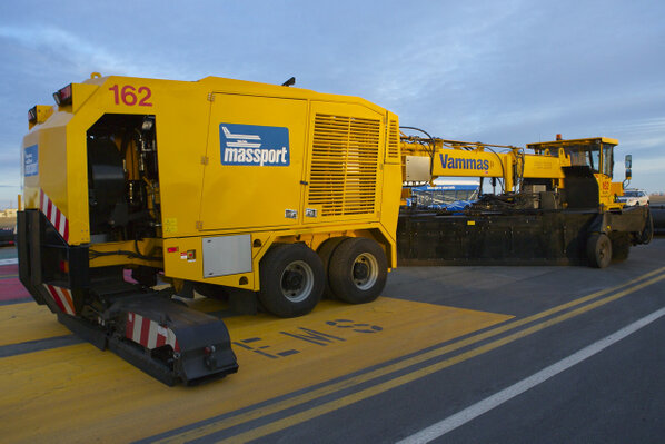 RT @TomlinM: PHOTO: 12 beastly Vammas machines will be working the runways @BostonLogan during #blizzard. Has plow,broom,& blower. http://pic.twitter.com/W0DQIOLG