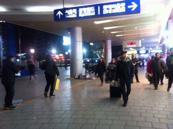 지금 이시각 서울역에서 긴급 한겨레,경향신문 배포를 하고 있습니다.국정원 선거 개입 진상 규명과 수개표 요구를 위한 전단지를 삽지로 넣어 오늘밤과 내일 낮에 걸쳐 12.000부를 설 귀성객들에게 배포 예정 http://t.co/V10FZ67R