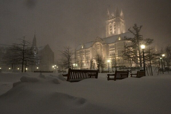 Boston College's beautiful Gasson Hall surrounded by snow tonight. (pic @heightsphoto) http://pic.twitter.com/HTbueIQM