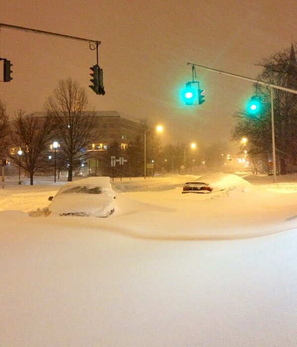 RT @JeffLast: Hartford, CT -- MT @JanCarabeo: Green light but no go for these cars. #blizzard http://pic.twitter.com/uUHO7GTg
