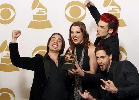 haha greatest pic ever! Congrats again guys!! @Halestorm @LZZYHALE @ArejayHale @TheJoeStorm @Jodowa #Grammys http://pic.twitter.com/9RVDYboc