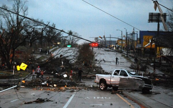 Hardy Street between Elam Arms & Mannoni Performing Arts Center. #tornado #SouthernMiss http://pic.twitter.com/eEMPF5TD