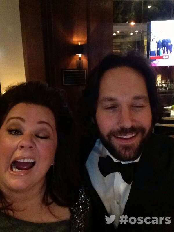 Backstage at the #oscars in the #ArchDigestGreenRoom with Melissa McCarthy & Paul Rudd http://pic.twitter.com/kbCOkdTiVw