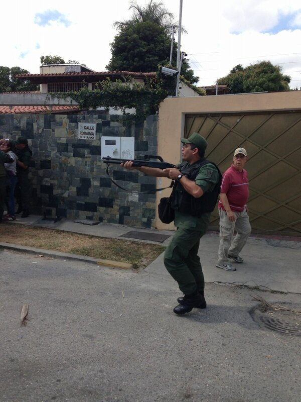 Dramatica foto frente a la embajada de Cuba que le dara la vuelta al mundo. http://t.co/2LQbQQ4CYZ #PrayForVenezuela MADURO ASESINO!!