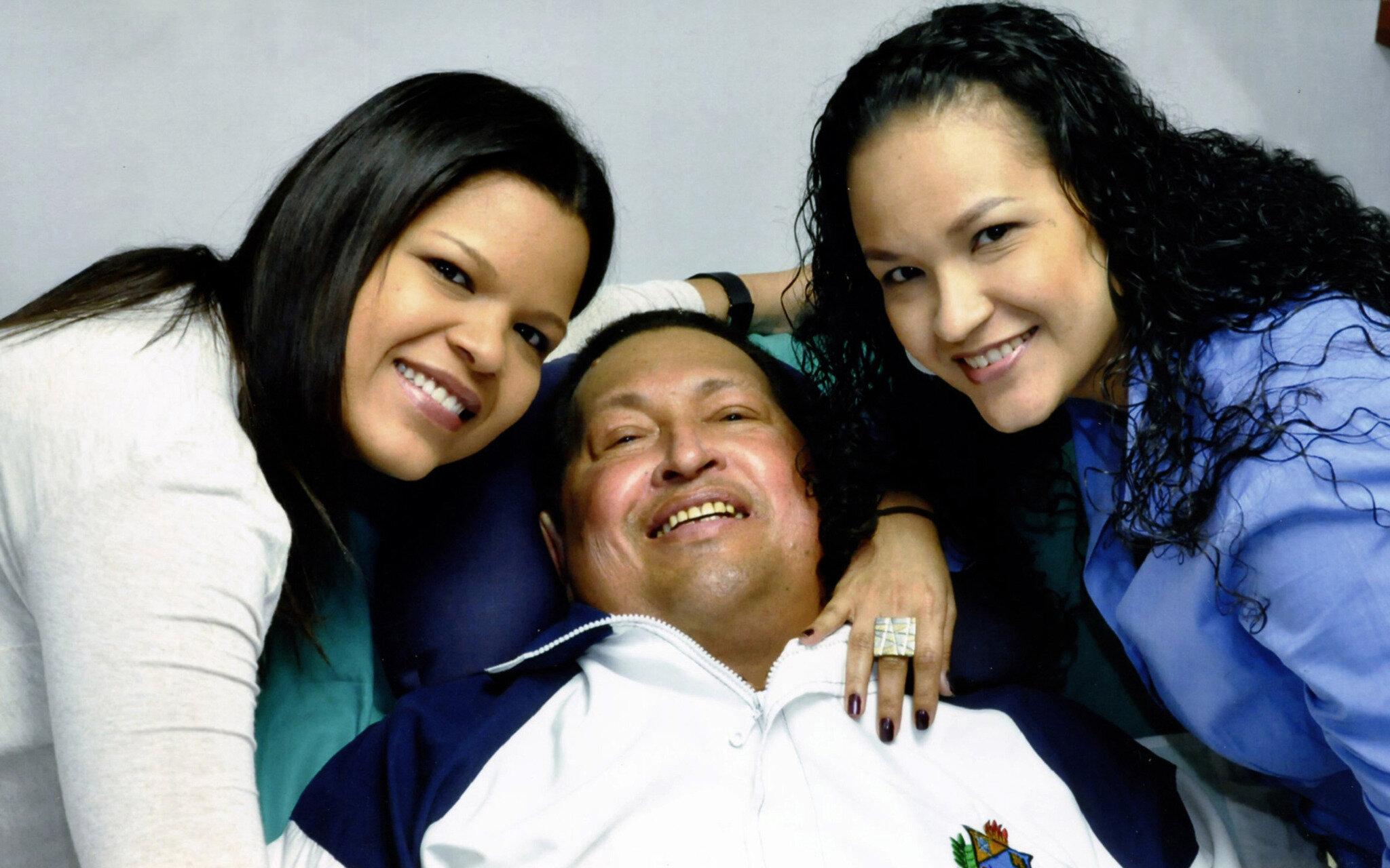 El<br /> presidente de Venezuela, Hugo Chávez, con sus hijas.