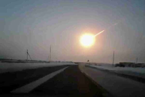 RT @prensagrafica: Foto de meteoro que cayó en Chelyabinsk, Rusia. Se reporta cerca de 500 personas heridas. http://pic.twitter.com/0hbI7OiI
