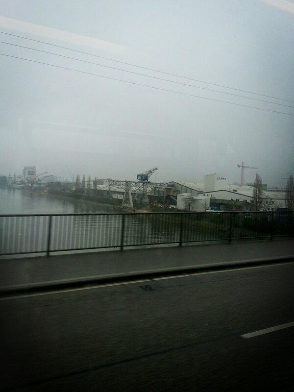 Noch liegt der Nebel überm Neckar #Heilbronn... Auf dem Weg ins #Theater zum #kultup http://pic.twitter.com/cYCWFiP7