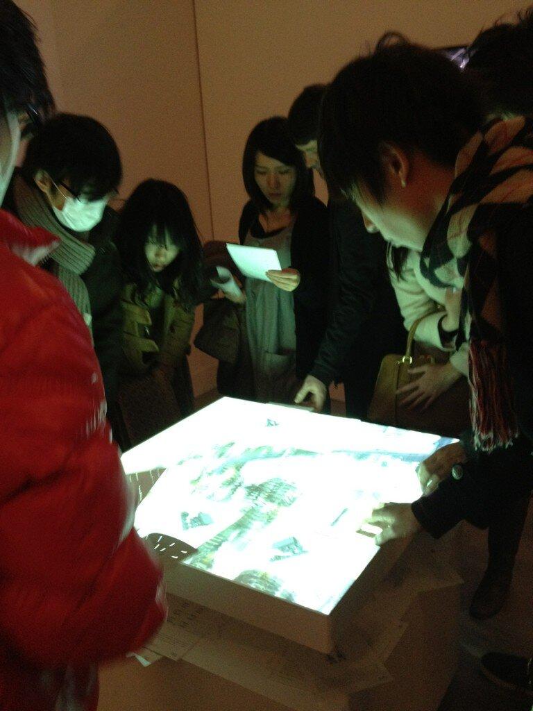 千葉工業大学のテーブルトップ『千葉工業大学 東京スカイツリータウン®キャンパス展示URL 体験型アトラクション』 緒方 壽人。パンチカードで位置検出。こういう展示が少ないので逆に目立ってた。しかし人数多すぎるとなんだかわからない事に。せっかくなら大きいものを作るべきだったかも?