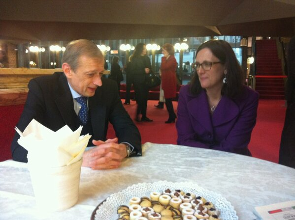 Having coffee with Piero Fassino, the mayor of Torino before the #dialogocittadini/CM http://pic.twitter.com/zwcIEhXz26