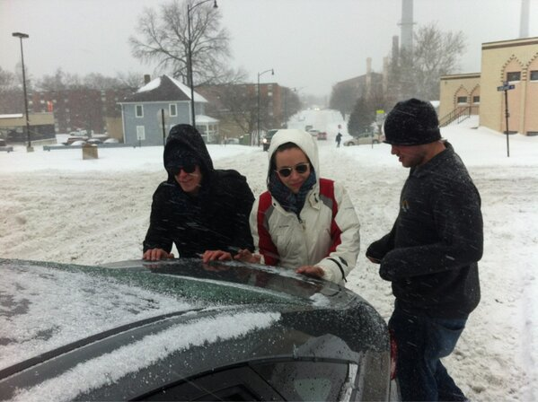 Ad hoc crews of helpful bystanders assemble to push stuck cars on Fifth and Elm #CoMoSnow http://pic.twitter.com/rx3kzR2cqF