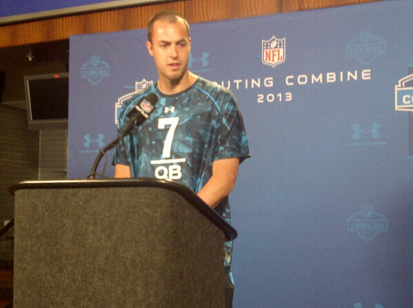 RT @Ron_Clements: #Rams draft Landry Jones as Sam Bradford's backup? Haha #NFLCombine #NFL #NFLDraft #dejavu #Sooners http://pic.twitter.com/FtF3S12Fg8