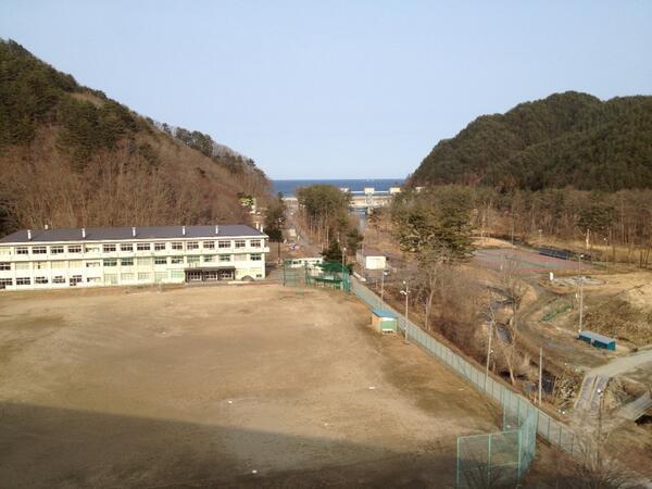 水門の手前にある中学校