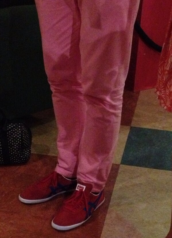 I can't tweet photos from *inside* #MadetoMove, but I got a sneaky pic of Tom's pink jeans/red sneaks combo http://pic.twitter.com/dp1LzkzdHt
