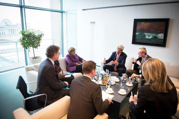 Antrittsbesuch des neuen US-Außenministers Kerry bei Kanzlerin #Merkel http://pic.twitter.com/0ruA4TSVFj