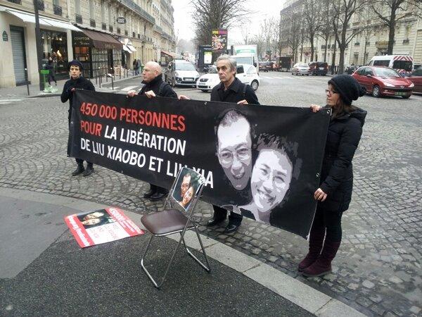 #Chine #Nobel @amnestyfrance #Acat #LDH #Change dvt l'ambassade de Chine pour la liberation de Liu Xiaobo http://pic.twitter.com/Uk0r4CnNFY
