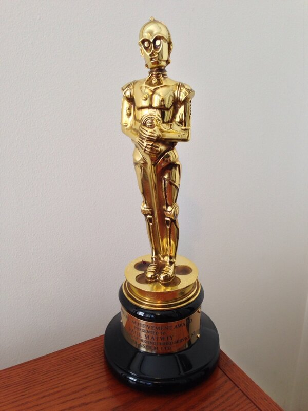 Cool C3POscar... given to Lucasfilm employees (this is Paul Matwiy's)  to commemorate 20 years of service. http://pic.twitter.com/ddZ8AnMxy8