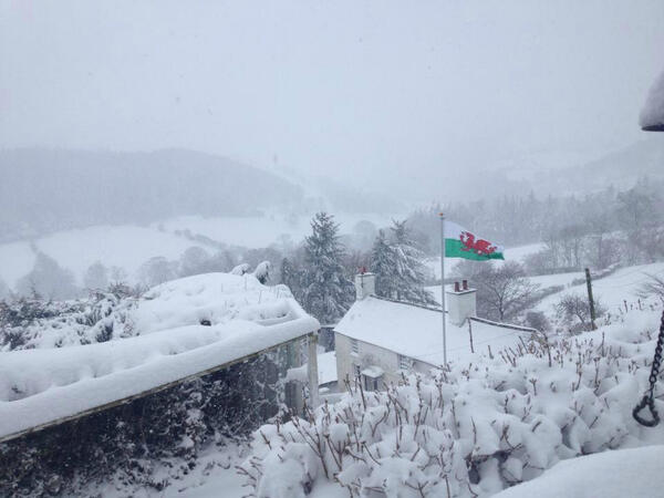My father-in-law has just sent me this photo from outside Llangollen, N Wales right now #snow http://t.co/59YXp2TKkf