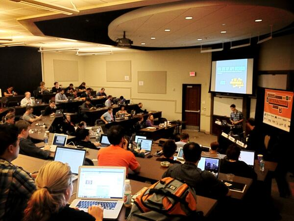 It's starting -- full house! #dx: the UX of APIs. Check out @JeremiahLee killing it! http://pic.twitter.com/xrPFPyW5Dl
