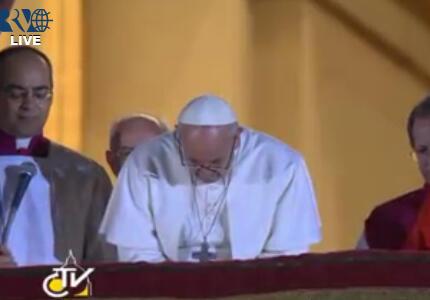 L'inchino di preghiera di papa Francesco I http://pic.twitter.com/rGyChIRBzl