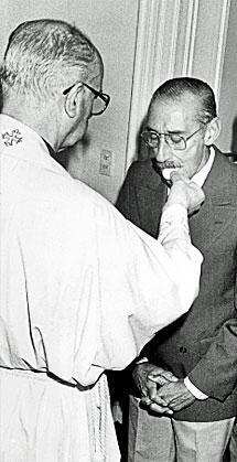 "Please tell me this wasn't the ""New Pope"" giving Communion to Argentine Dictator/Butcher Jorge Rafael Videla. http://pic.twitter.com/chCzvWDlZZ"