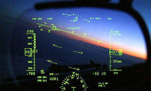 【軍事たん語】「HUD」ヘッドアップディスプレイの略称よ。HUDは、軍用戦闘機や軍用ヘリなどの操縦席とキャノピーの間に備えられたもので、透明な光学ガラス素子に情報を投影して、計器に視界を切り替えた時のミスを防ぐわ。